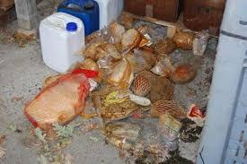 Due quintali di generi alimentari sequestrati perché scaduti o in cattivo stato di conservazione. Tre denunciati