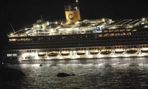 L'Isola del Giglio rende omaggio alla memoria delle 32 vittime del naufragio della Costa Concordia depositando una corona di fiori in mare