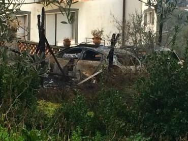 Paura nella zona di Sant'Agata sui due Golfi per l'incendio di alcuni veicoli