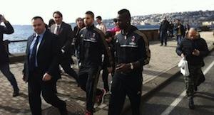 Balotelli a passeggio sul lungomare di Napoli