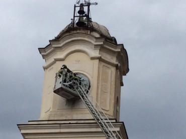 Fulmine contro il campanile della chiesa di Massa Lubrense