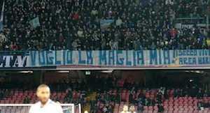 """""""Voglio la maglia mia!"""" è lo striscione esposto ieri contro lo Swansea"""