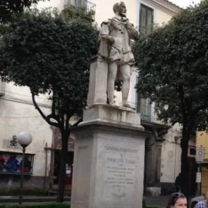La statua del Tasso prima del restauro