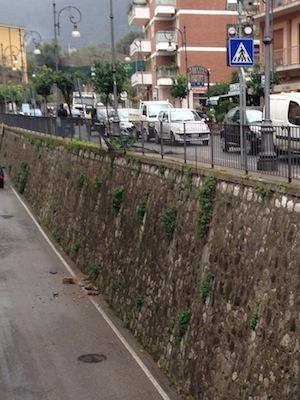 Via degli Aranci, auto sbanda e finisce contro la ringhiera