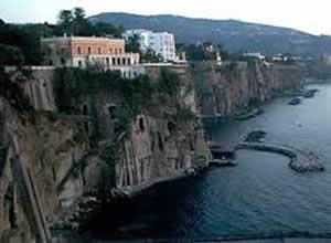 Tenta di togliersi la vita lanciandosi dal belvedere della Marinella, ma si salva grazie ad uno spuntone di roccia