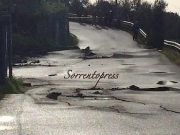 Frana e crepe nell'asfalto di via Fonatanelle, evacuata una casa