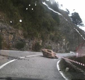 Faito, cade sasso gigante sulla strada