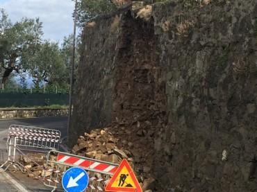 Maltempo, a Massa Lubrense crolla un muro lungo via Partenope