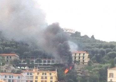 Sorrento, incendio nella zona di Capodimonte