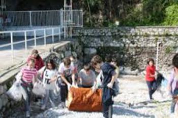 Studenti in campo per ripulire le spiagge