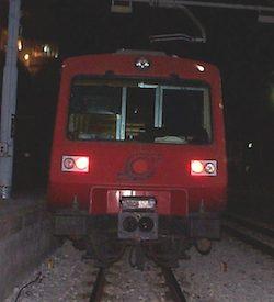 Sasso contro la cabina di guida di un treno della Circum