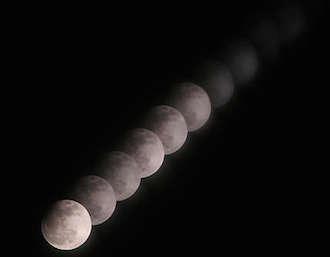 Domani l'eclissi lunare, ma lo spettacolo è solo via web