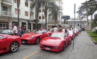 Sfilata di Ferrari tra Sorrento, la costiera amalfitana e Capri