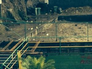 La spiaggia di San Francesco nella terra di nessuno: rifiuti e festini durante la notte