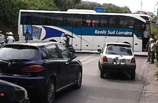 Traffico in tilt sulla Statale Sorrentina per un autobus di traverso