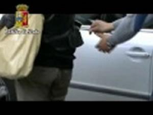 Ruba cellulari dalle borse usando una lunga pinza, finisce in manette – guarda il video –