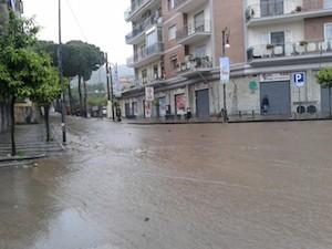 Nubifragio in penisola: strade allagate dopo pochi minuti di pioggia
