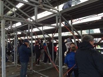 Piove durante la partita, tifosi costretti a ripararsi sotto la gradinata