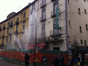Si rompe un tubo della fogna: impossibile arrivare alla stazione di Piazza Garibaldi