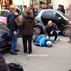 A bordo di uno scooter finiscono contro lo sportello aperto di un'auto, feriti