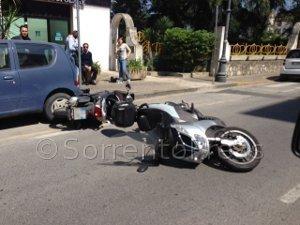 Incidente lungo via degli Aranci, coinvolti due scooter, traffico in tilt