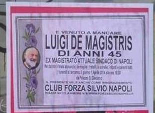 """Manifesti a lutto per il sindaco De Magistris, macabro """"pesce d'aprile"""" a Napoli"""