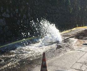 Scavano per la fibra ottica e rompono tubo dell'acqua: geyser in via San Renato (guarda il video)