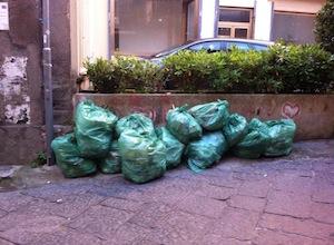 Cumuli di spazzatura in strada a tutte le ore del giorno e della notte, denuncia dei lettori