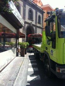 Bus rompe i freni e finisce nelle fioriere antistanti un ristorante