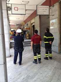 Si staccano intonaci dai terrazzi, intervento dei pompieri in piazza Lauro