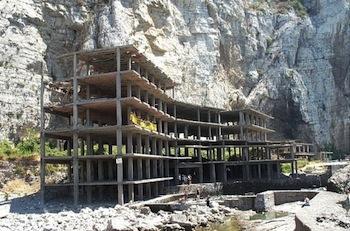 Entro metà novembre la demolizione dell'ecomostro di Alimuri