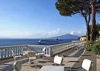Hotel prezzi record in Campania, aumenti fino al 35%: Positano più cara di Capri