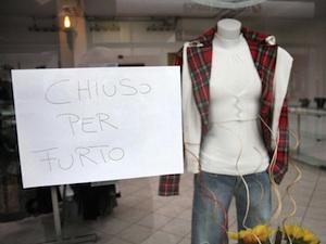 Ruba capi di abbigliamento da un negozio, arrestato
