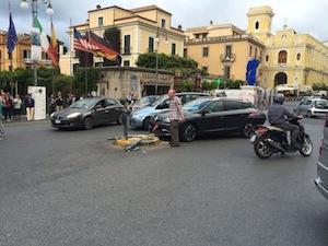 Cerca di svoltare in piazza Tasso, ma prende… un palo