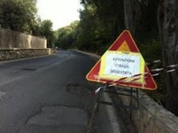 Buche killer lungo via Partenope, necessario mettere in sicurezza la strada