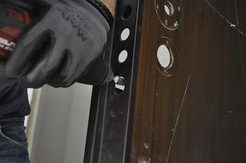 Fori nella porta blindata, furto in un appartamento di via degli Aranci