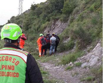 """Cade mentre percorre il """"Sentiero degli Dei"""", salvata dal Soccorso Alpino"""