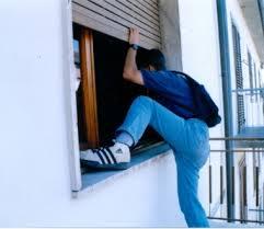 Topo d'appartamento sorpreso in casa dalla proprietaria: arrestato