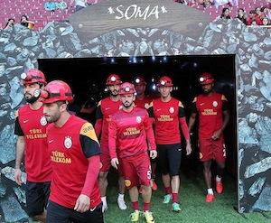 Il Galatasaray in campo col caschetto per ricordare i minatori di Soma
