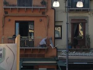 Antenne sui balconi di piazza Tasso: zero regole nel centro cittadino