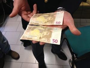 Spaccia soldi falsi e quando viene fermata mangia una banconota