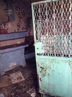 """Ripulita la cappella della """"vergogna"""" nelle scale di Marina Piccola"""