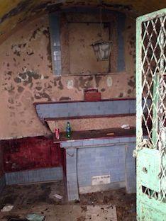 """Ecco le foto della cappella della """"vergogna"""" nelle scale di Marina Piccola"""