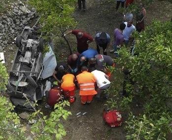 Paura a Capri: il carrello dei rifiuti sfonda un parapetto e finisce nel vuoto