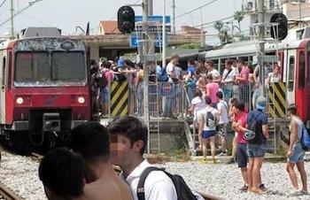 Incendio blocca i treni della Circum sulla Napoli-Sorrento