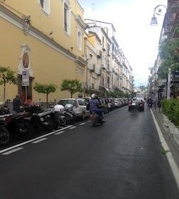 """Pochi stalli per gli scooter, cittadini furiosi: """"Ci multano, ma non ci sono posti"""""""