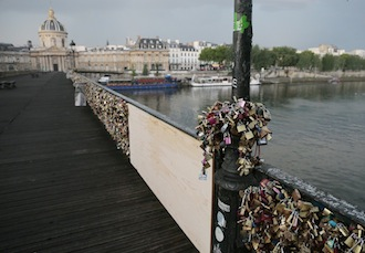 Una ringhiera del Pont Des Artes di Parigi è crollata per i troppi lucchetti