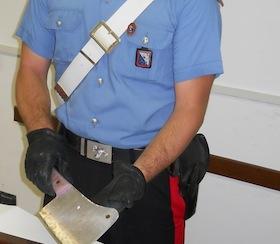 Minaccia i dipendenti dell'Inps con una mannaia, terrore a Castellammare