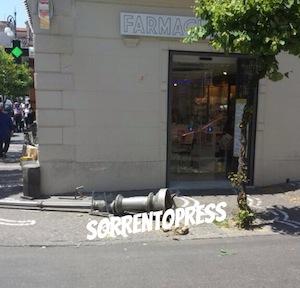 Camion abbatte lampione in piazza Tasso, ferita una turista