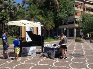 Gira le piazze d'Italia con un pianoforte, Paolo Zanarella arriva a Sorrento